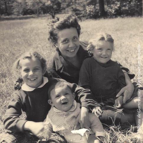 Geneviève de Gineste, mon arrière-grand-mère, avec trois de ses petits enfants : ma maman, ma tante et leur cousin Thierry