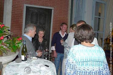 Soirée entre amis sur la terrasse du château de Garrevaques, avec du vin et du champagne. L'art de vivre à la française.