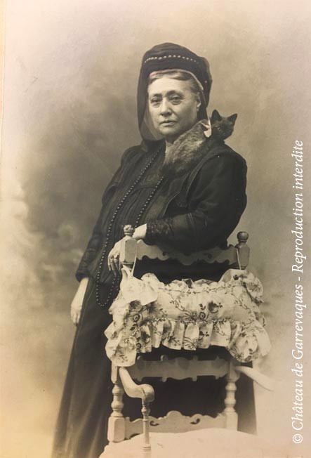 1899 - Mathilde de Gineste and one of her countless cats