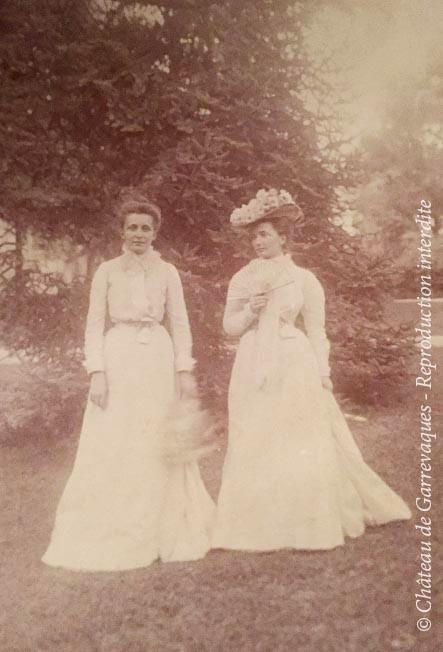1900 - Antoinette Lagorce pose (à droite), en compagnie de sa sœur