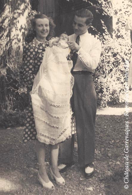 1947 - Baptême de ma maman,_dans_les_bras_de_ses_parents.jpg