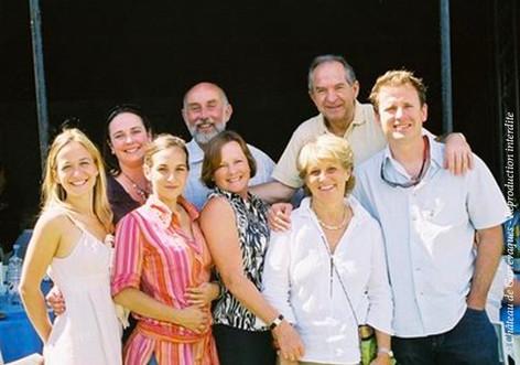 2006_-_Kinou_et_Sally_avec_leur_famille._La_correspondante_anglaise_a_bien_grandie,_l_amitié_aussi,_à_l_occasion_du_mariage_de_Laetitia_les_familles_se_reunissent.jpg