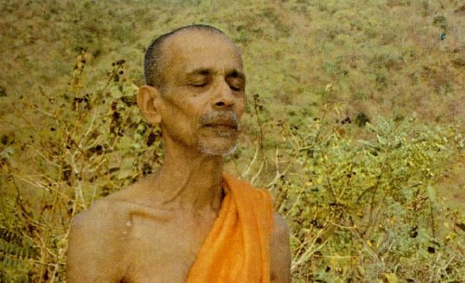 Swami Chidananda vertieft in Meditation