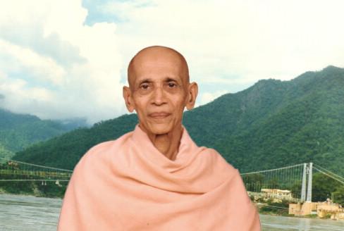 Swami Chidananda am Ganges in Rishikesh.