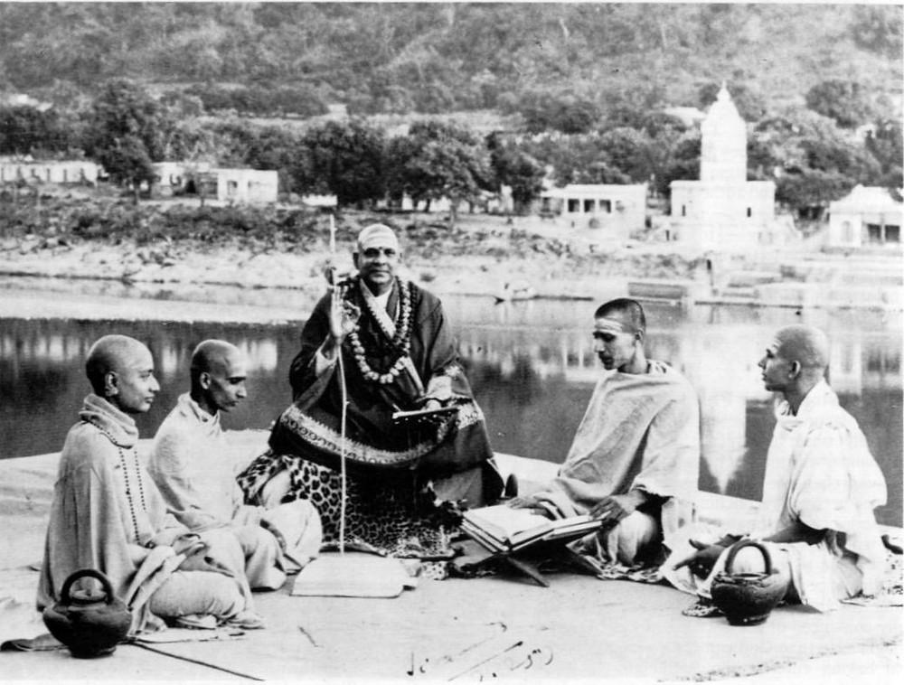 Swami Sivananda mit Schülern, darunter Swami Chidananda