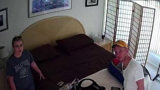 Casal encontra câmera escondida sobre cama em casa alugada pelo Airbnb