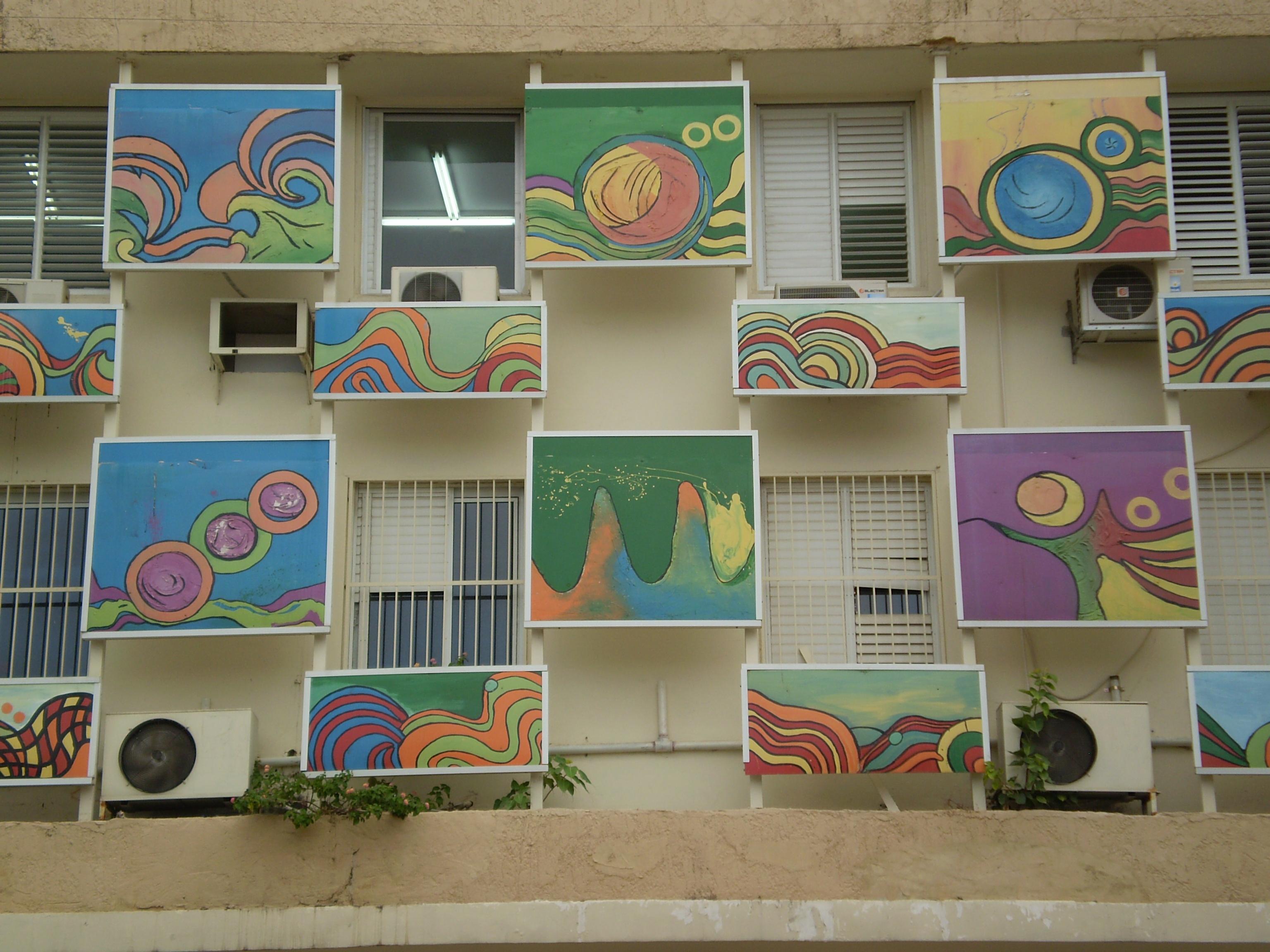 """ציורים בבניין עיריית פ""""ת"""