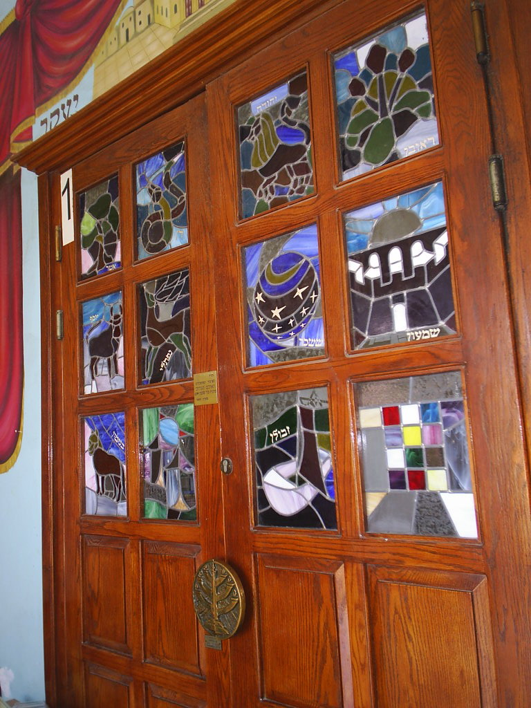 ויטראז'ים בדלתות בית הכנסת הגדול
