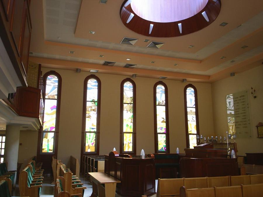 ויטראז'ים בבית הכנסת ספרא