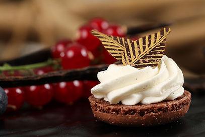 Demi-coque de macaron chocolat, chantilly à la vanille de madagascar et feuilles de chocolat noir et or