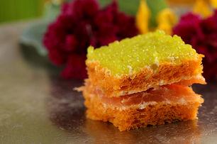 Mini de sandwich au saumon fumé et œuf de poisson parfumé au gingembre