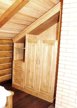 Шкаф од лестницей из массива