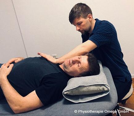 Physiotherapeut Nemanja Mirosavljevic bei der Behandlun eines Patienten in der Physiotherapie Omega in Rapperswil-Jona.