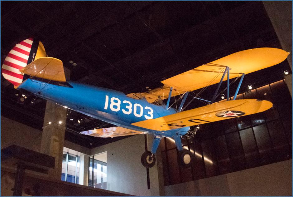 """飛機的型號為PT-13D Stearman Kaydet,它又被稱為""""Tuskegee精神""""。 從1944年到1946年,在Moton Field,它被用來訓練非洲裔美國空軍。在二戰期間,這項阿拉巴馬州的設施是唯一一項非裔美國人的飛行訓練設施。  The PT-13D Stearman Kaydet, shown above and known as the 'Spirit of Tuskegee', was used to train African American airmen from 1944 to 1946 at Moton Field, the Alabama facility that served as the only primary flight-training site for African Americans in the Army Air Forces during WWII."""