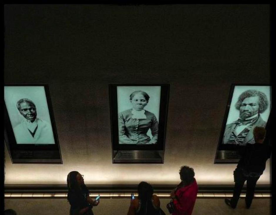 相片左至右為索杰娜·特鲁斯(美國福音傳教士和改革家,原為一名黑奴)、哈利特·塔布曼(美國廢奴主義者,原為一名黑奴)和弗雷德里克·道格拉斯(廢除黑人奴隸制度與社會改革的領袖,原為一名黑奴)。  From left to right in the photo: Sojourner Truth (1797 –1883), Harriet Tubman (1822 – 1913) and Frederick Douglass (1818 – 1895)