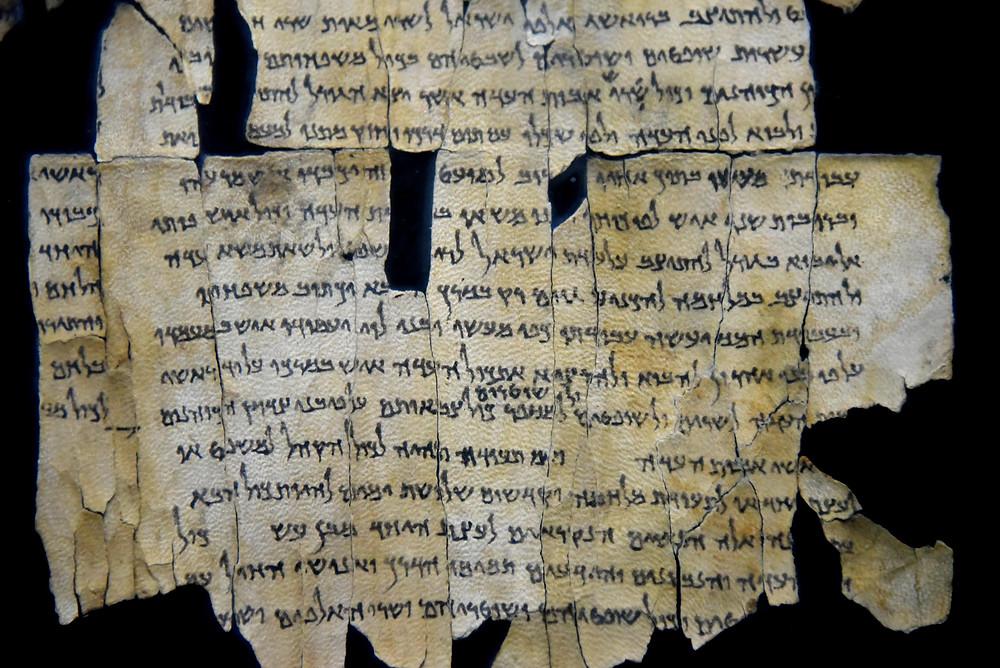 Fragment d'un manuscrit découvert dans la grotte 1 du site de Qumran.©Musée d'Israël / Wikimedia Commons