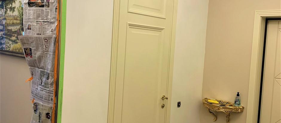 Латунное обрамление зеркала в квартире