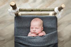 Newborn Babyfoto im Vintage-Bettchen