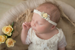 Neugeborenes Mädchen mit Haarband