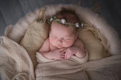 Neugeborenes mit Blumen-Haarband