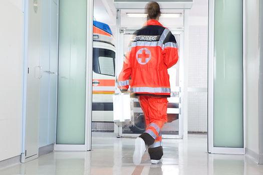 Un medico di pronto soccorso corre dentro alla corsia ospedaliera con pavimenti e battiscopa integrati in resina