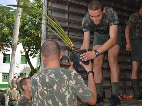 Pedrita doa mudas de árvores para a nova praça do 63º Batalhão