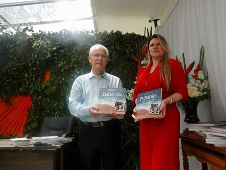 Pedrita recebe sessão de autógrafos de livro sobre Paulo Gil Alves, fundador da empresa