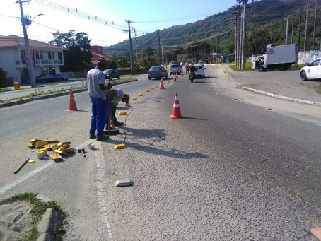 Pedrita em parceria com PMRv instala tachões para melhorar o trânsito no Sul da Ilha