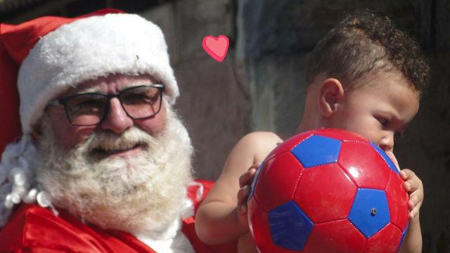 Papai Noel da Pedrita distribui presentes a crianças do Rio Tavares