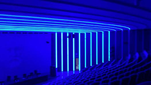 Настройка световой аппаратуры освещения зала.