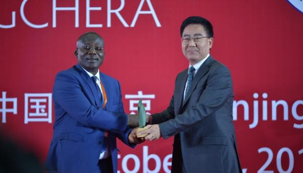 Prof. Yirenkyi receiving the GCHERA 2018 World Agriculture Prize