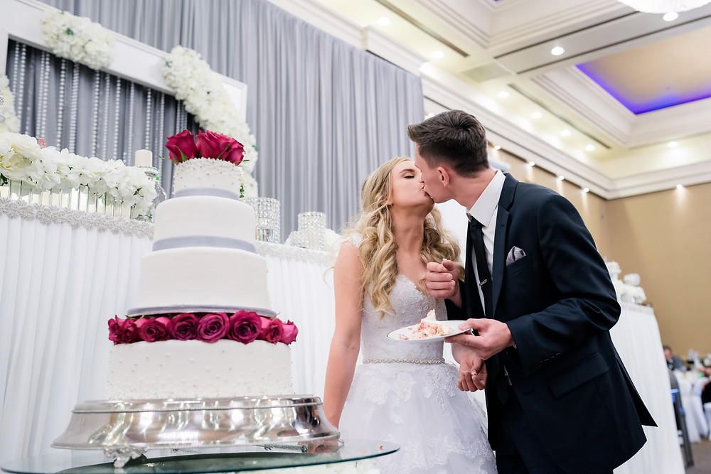 wedding couple eating wedding cake