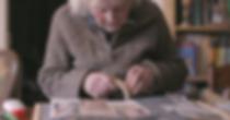 Seniorin Rosemarie Spies arbeitet an Sybille-Ausstellung in Birkholz bei Bernau