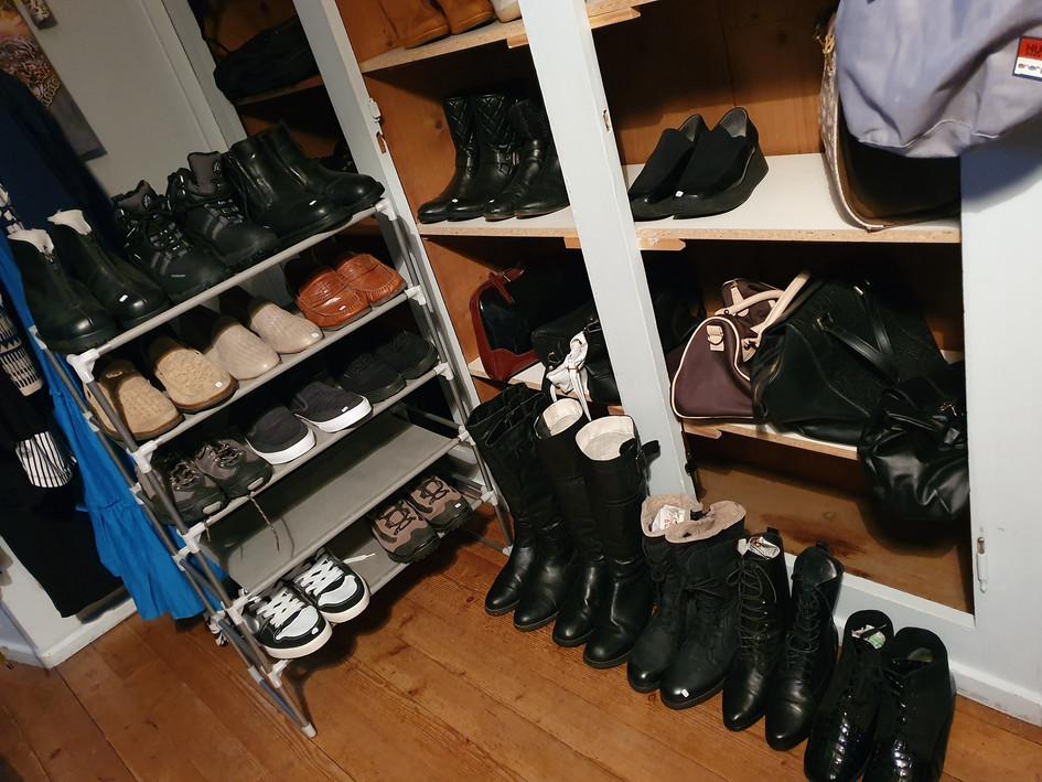 Laufend wechselnde Schuhe aller Art