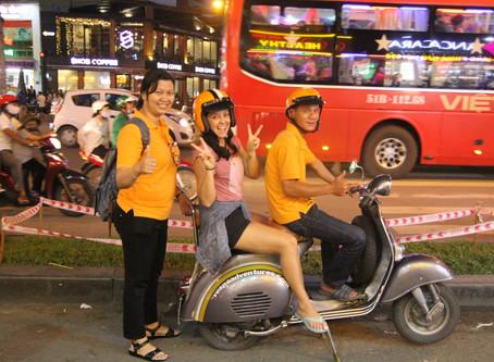 De Vespa na noite de Ho Chi Minh