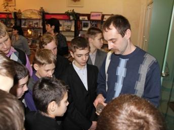 Командир отряда «Витязь» Евгений Шепко рассказал восьмиклассникам о поисковых экспедициях