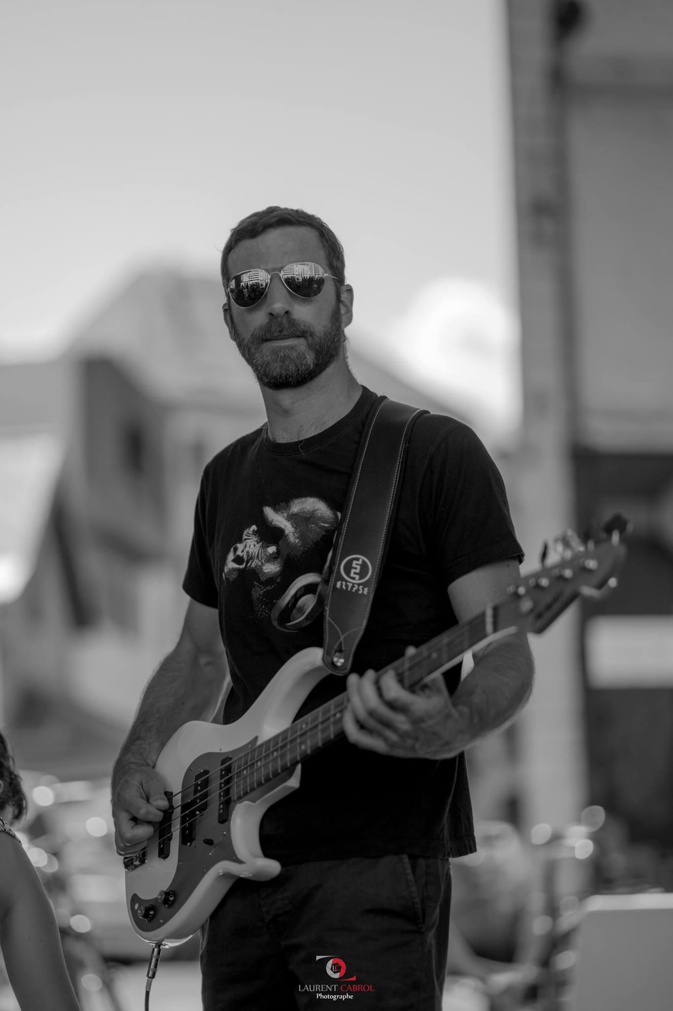 Nicky Preston: bassiste