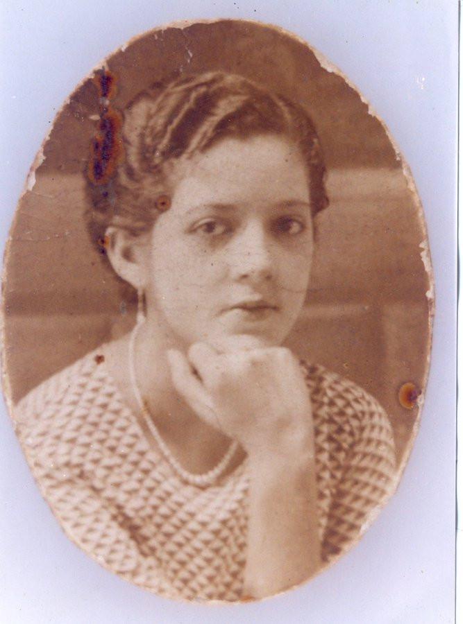 """Carmen Delia de Suárez fue la primera salvadoreña graduada como licenciada en Periodismo en la Universidad de El Salvador. En 1976 publicó su novela """"Cuando los hombres fuertes lloran""""."""