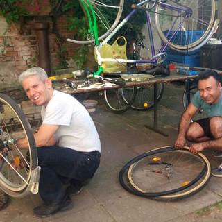 Fahrradreparaturteam beim Postkult e.V.