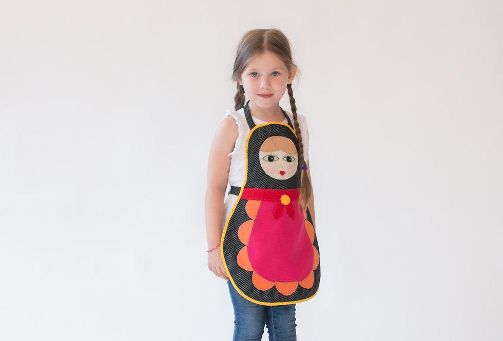 סינר בבושקה/מטריושקה ילדות - סינר שחור עם נקודות לבנות ומלא צבע