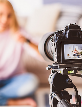 Visuel représentant une influenceuse en train de réaliser un contenu pour Instagram et Youtube