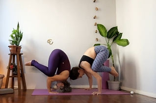 Débora faz a postura de yoga da garça e Ana uma variação com apoio sobre a cabeça.