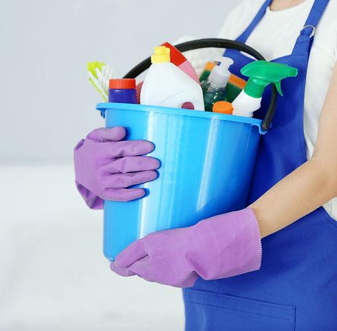 emmer met schoonmaakspullen