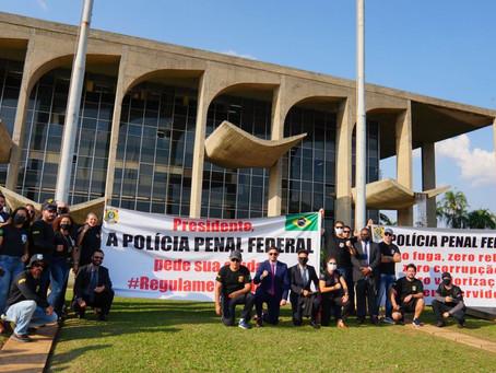 POLICIAIS  PENAIS FEDERAIS FAZEM CARREATA E COBRAM DO GOVERNO REGULAMENTAÇÃO DA POLICIA PENAL