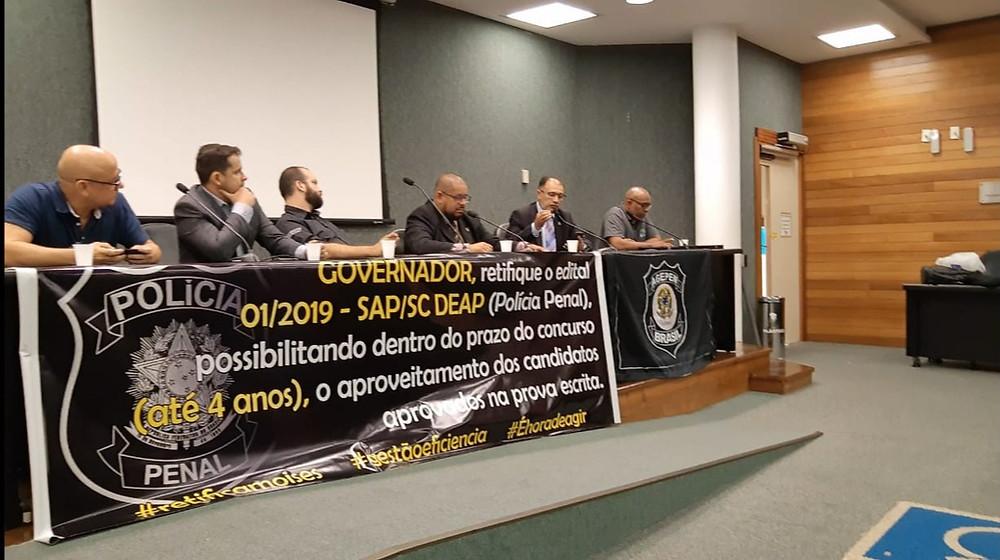 Na ocasião, o Deputado Federal Capitão Alberto Neto escuta atentamente as explanações dos diretores da AGEPPEN-BRASIL sobre a regulamentação da Polícia Penal.