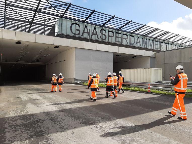 Ingang van de Gaasperdammertunnel met bouwvakkers.