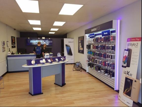 Metro PCS - Front of Store