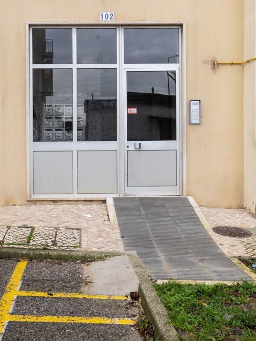 porta de prédio com rampa de acessibilidade