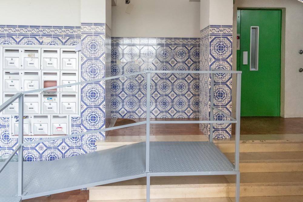 rampa de acessibilidade no interior de um prédio