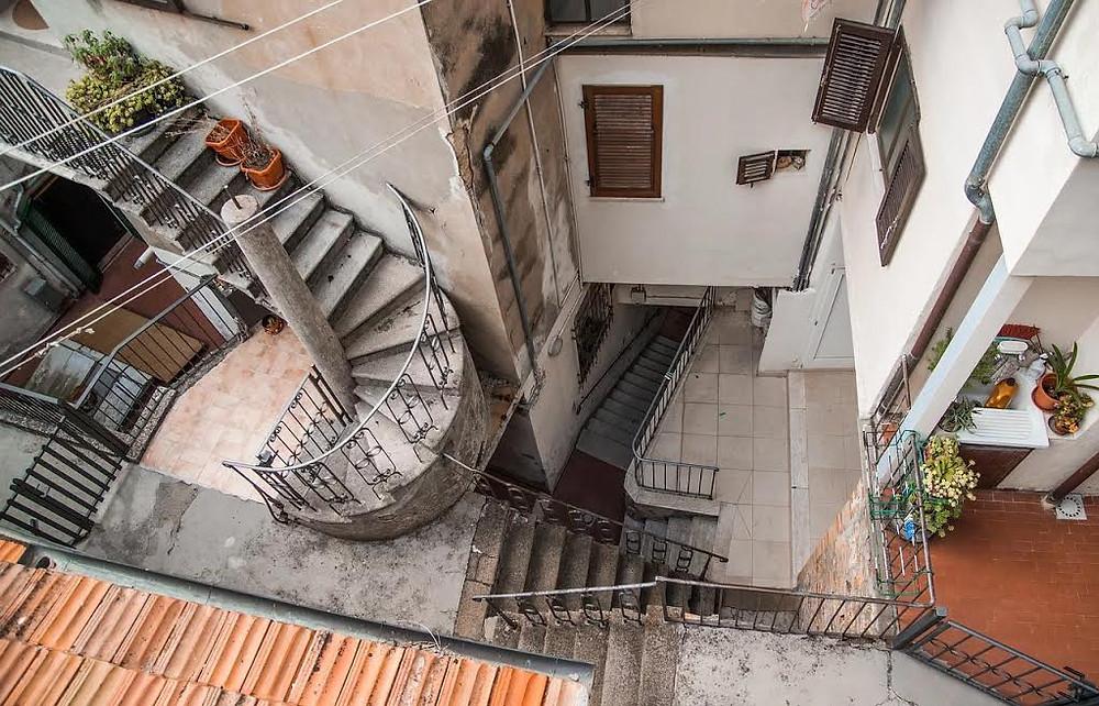 escadas de acesso a prédios